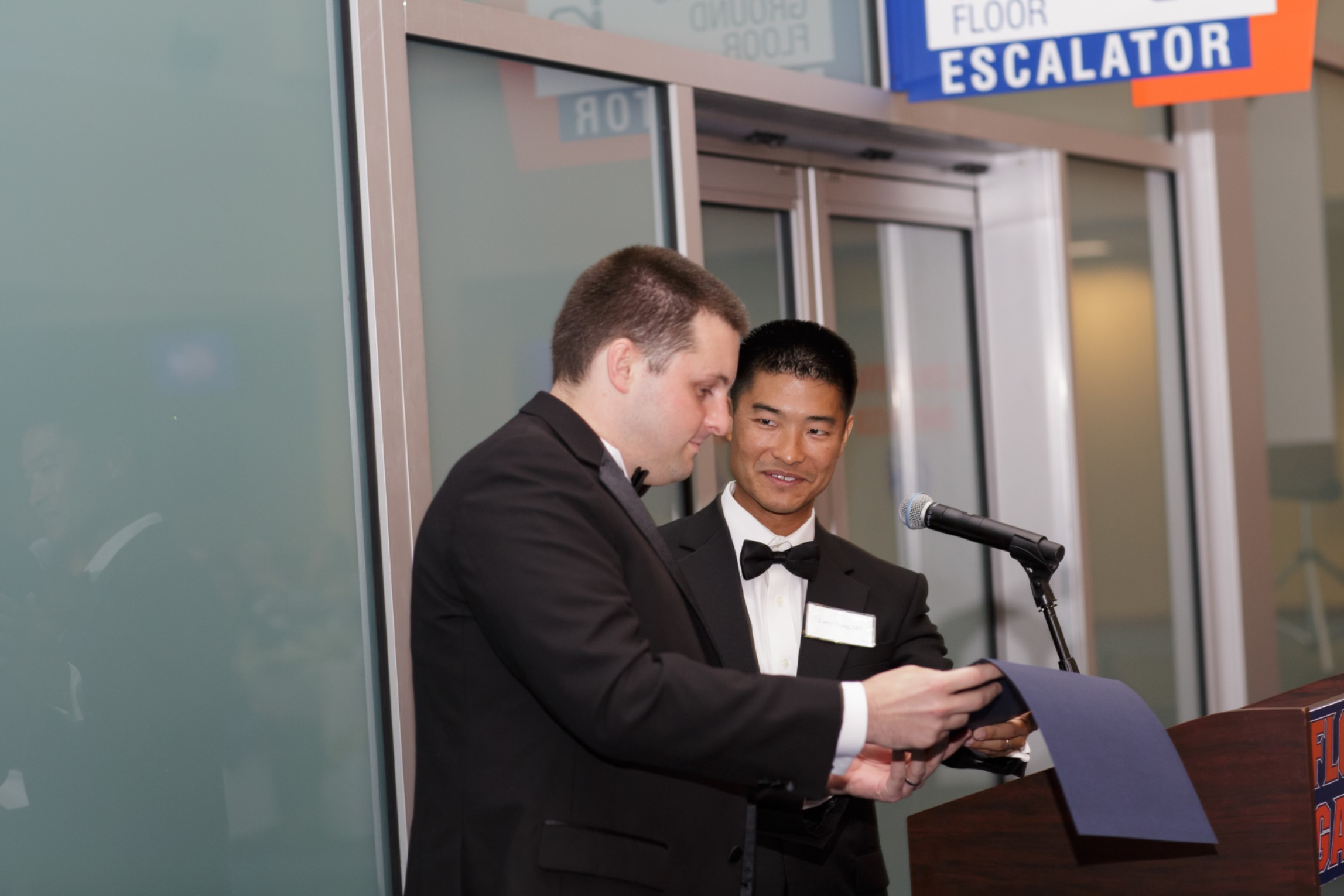 dr yeung presenting an award to dr terry at the resident graduation banquet