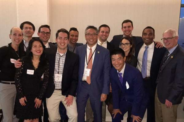 PICTURE OF DR SU AND ALUMNI AT AUA RECEPTION